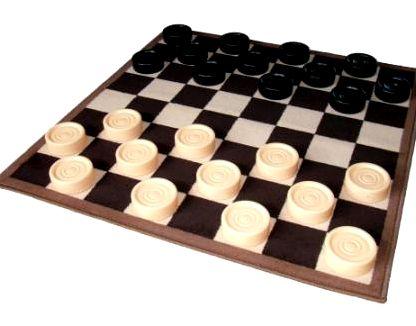 Играть в шашки и шахматы