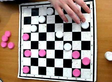 Как играть в шашки видео